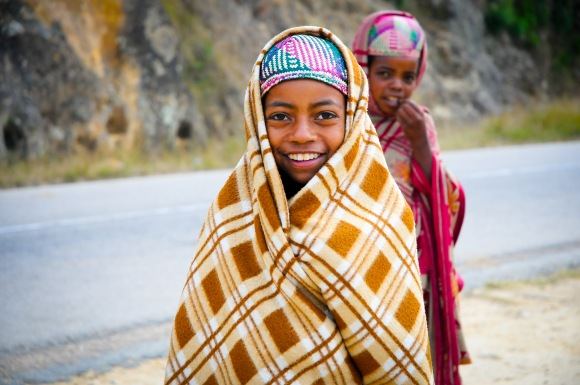 On the side of the road, these children accompanied their mother who was selling straw bags and hats.